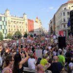 Tisíce lidí protestovaly v městech proti Babišovi a Benešové