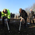 Premiér výkopem krumpáčem pomyslně zahájil rozšíření přístavu ve Veselí nad Moravou