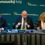 Hejtman Okleštěk hlasováním ve sněmovně sebral Olomouckému kraji a obcím peníze na investice, tvrdí Piráti a Starostové