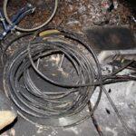Třicet metrů zabezpečovacích kabelů našli u bezdomovce. Prý je koupil