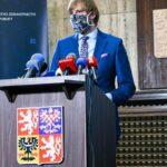 Roušky budou povinné ve vnitřních prostorech, oznámil ministr Vojtěch