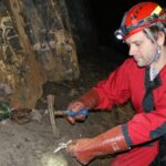 V krasových jeskyních se množí plastový odpad. Sáček omotaný kolem krápníku? Žádná výjimka