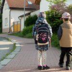 Nejmenší žáci se vrátili do školy, prodloužila se prodejní doba. Vláda zmírnila opatření