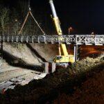 Práce na trati Brno–Zastávka pokračují naplno. Zmizela stará lávka, vznikají nástupiště