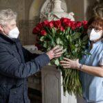Olomouc poděkovala sestřičkám za obětavou práci, město všem přineslo růže