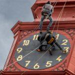Obrazem: V Jihlavě sejmuli z radniční věže ciferník hodin a odhalili tak původní z konce 18. století